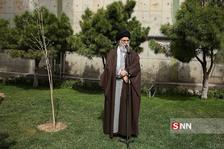 کاشت نهال توسط رهبر انقلاب در روز درختکاری5