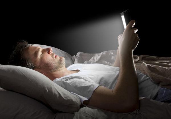 نور گوشیهای هوشمند چه آثار مخربی دارد؟