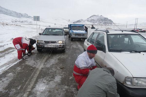 امدادرسانی به ۴۰۰ مسافر مانده در محور آزادشهر