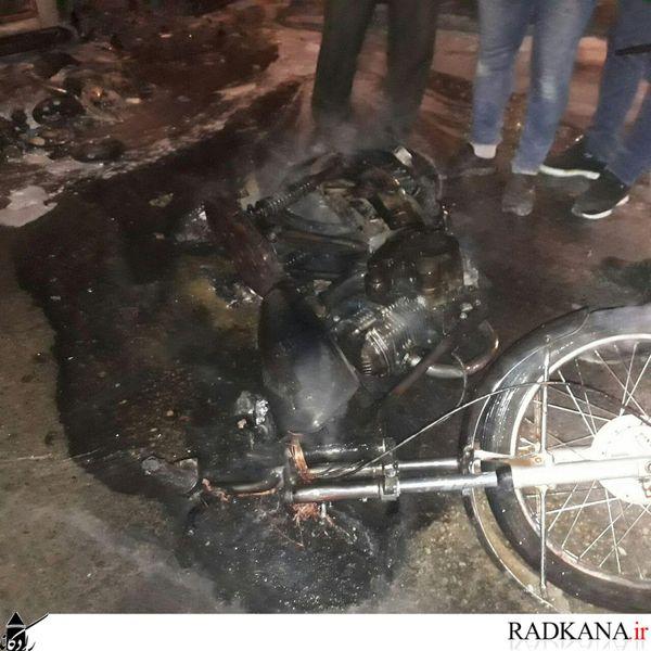 آتش سوزی موتورسیکلت در کردکوی/سرایت آتش به دکه کنار جاده+تصاویر