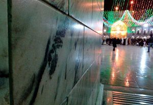 """معجزه ای به نام """"محمد"""" در ورودی صحن آزادی حرم امام رضا(ع)+عکس"""