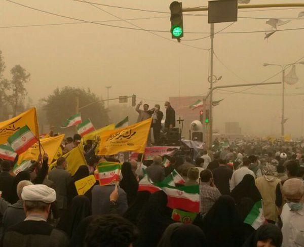 دانلود فیلم/ تظاهرات اهوازی ها در میان گرد و غبار شدید/ پرچم غیرت در دستان مردم اهواز