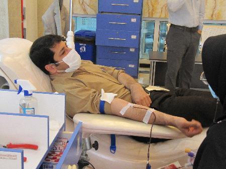 اهدای خون مدیرکل راهداری وحمل ونقل جاده ای استان گلستان برای نجات جان بیماران