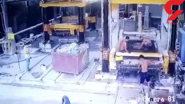 مرگ دردناک کارگر کارخانه به دلیل بی احتیاطی هنگام کار با دستگاه + فیلم
