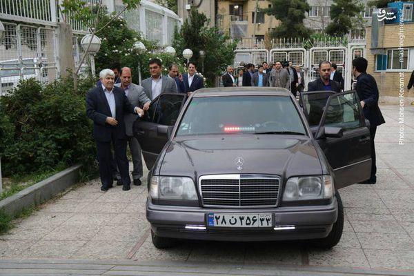 عکس/ ورود محمد هاشمی با بنز به ستاد انتخابات کشور