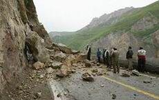 ریزش کوه در محور توسکستان/ منطقه مستعد ریزش است
