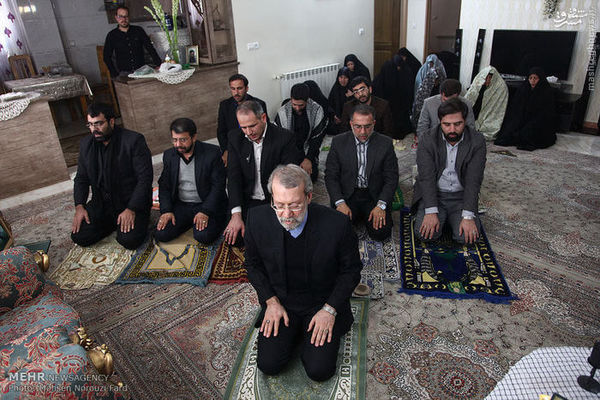 عکس/ حضور رئیس مجلس در منزل شهید مدافع حرم محسن فرامرزی