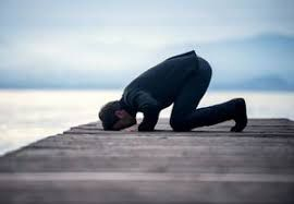 نماز عاشقانه یک معلول در حرم امیرالمومنین (ع) +فیلم