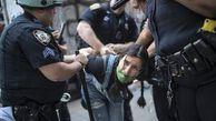 فیلم/ پذیرایی از یک معترض با مشت و لگد!
