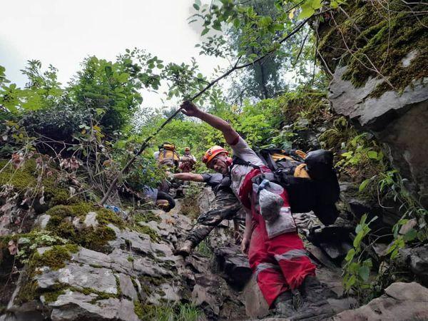 نجات ۵ گردشگر از آبشار شیرآبادِ منطقه خان ببین