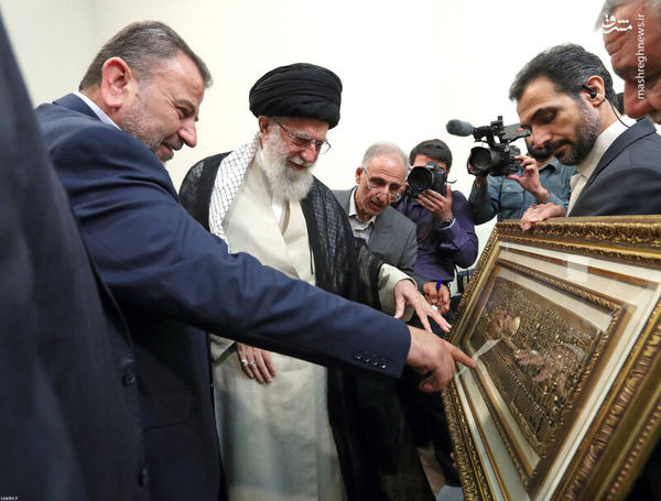 عکس/ هدیه نماینده حماس به رهبر انقلاب