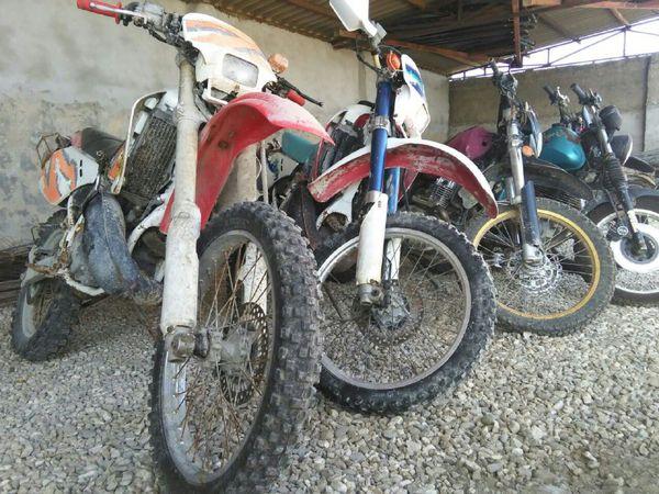 کشف 5 دستگاه موتورسیکلت پرشتاب و غیرمجاز از متخلفان زنده گیری پرندگان شکاری