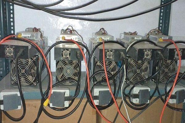 کشف 30 دستگاه ماینر قاچاق از منازل مسکونی در آزادشهر