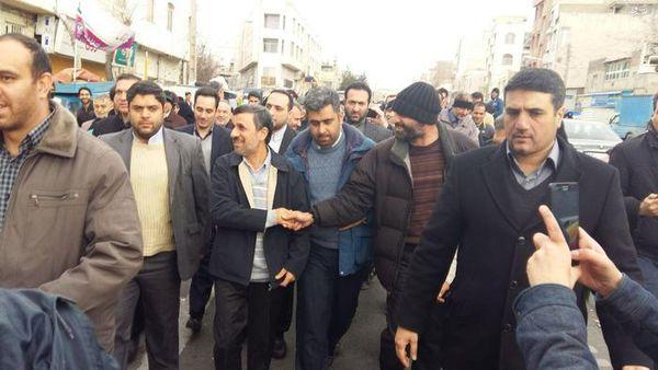 عکس/ احمدی نژاد در راهپیمایی پرشور 22 بهمن 94