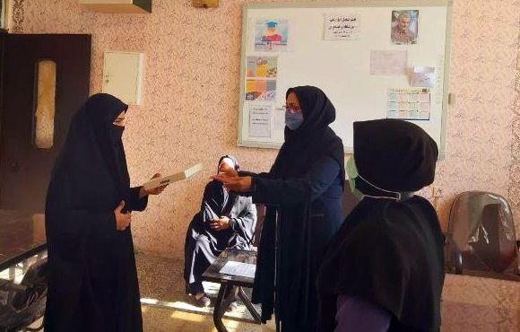 اهدای تبلت توسط نیکوکاران آزادشهری به دانش آموزان نیازمند