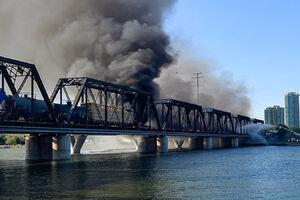 فیلم/ آتشسوزی قطار بعد از خروج از ریل در آمریکا