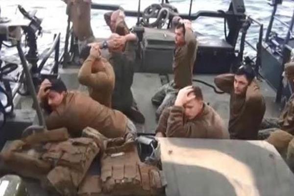 چه کسی میتواند تصاویر ناخوشایند ملوانان آمریکایی در ایران را فراموش کند؟