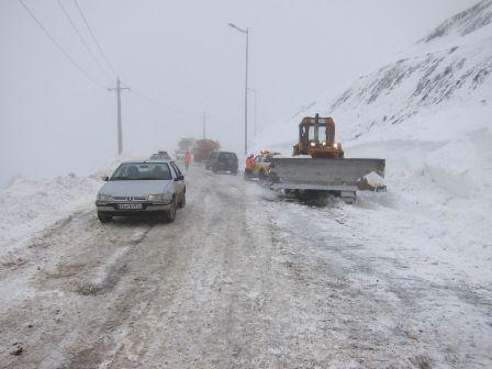برف در جاده های کشور کولاک کرد/رانندگان احتیاط کنند