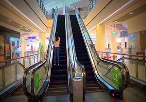 فیلم / گیر کردن لباس یک دختربچه در پله برقی