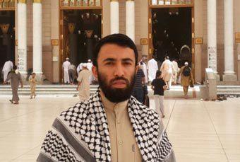 کارمند اخراجی ارشاد گلستان در کنار مسجد النبی/تصاویر