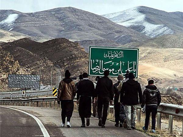 کاروان زائران پیاده در راه مشهد مقدس