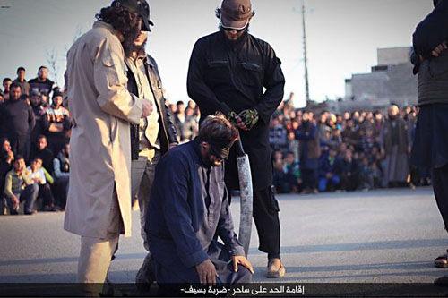 داعش یک جادوگر را با شمشیر اعدام کرد+ تصاویر