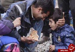 گریه تلخ پدر سوری مقابل چشمان پسرش + تصاویر