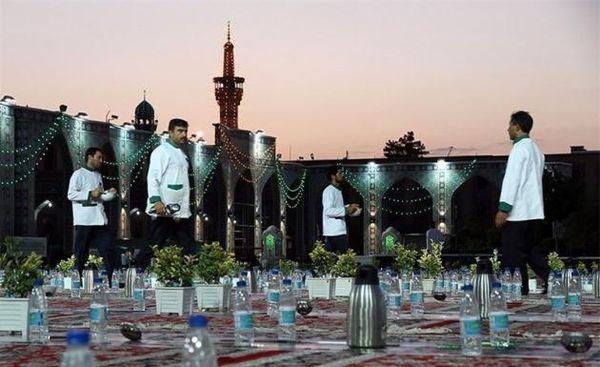 تصاویر/نخستین سفره افطار در حرم امام رضا(ع)