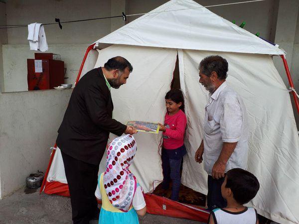توزیع کتاب و پازل ( جورچین ) توسط انجمن دوستداران کتاب بین کودکان سیل زده شهر گنبد