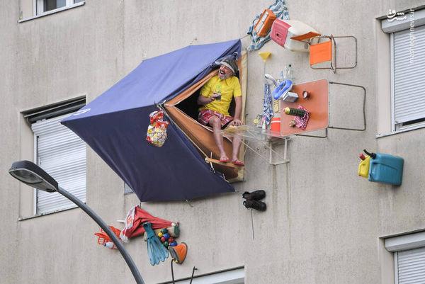 مردی که چادر خود را روی دیوار ده متری نصب کرد! + تصاویر