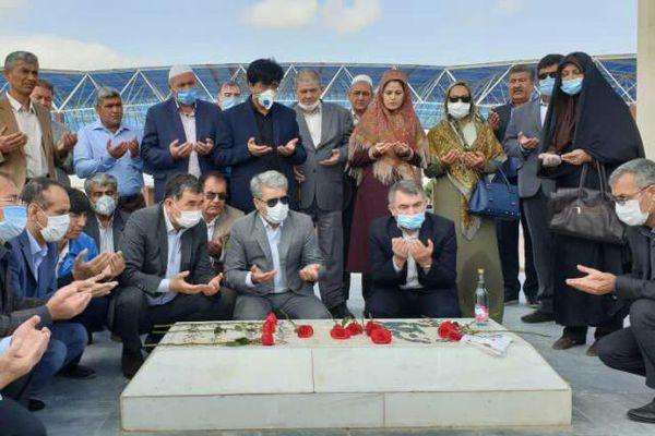 ادای احترام جمعی از مسئولان و اهالی فرهنگ و ادب گلستانی به مختومقلی فراغی