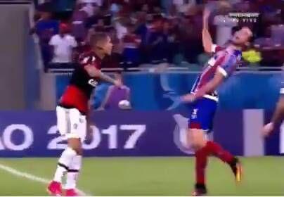 صحنه تمارض عجیب بازیکن فوتبال در حین مسابقه!