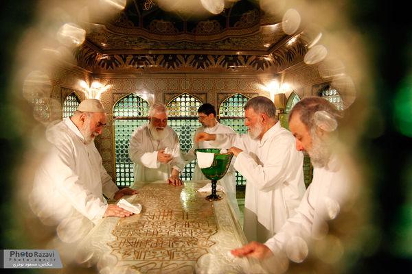 غبارروبی داخل ضریح حضرت امام رضا(ع) با حضور تولیت جدید+تصاویر
