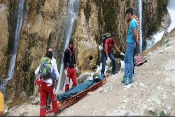 فیلم: لحظه سقوط دو نفر از بالای آبشار