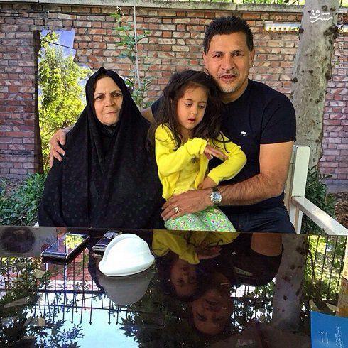 علی دایی در کنار مادر و دخترش +عکس